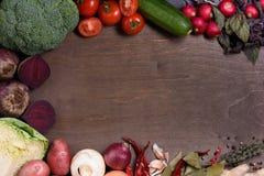 Grönsakingredienser på matlagning stiger ombord, den organiska sunda matmenyn Bästa sikt, kopieringsutrymme royaltyfri foto