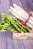 Grönsakkorg med grön och vit sparris Royaltyfri Bild