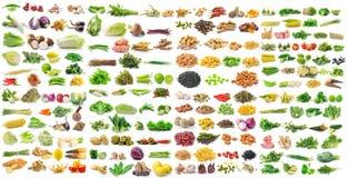 grönsakkorn och örter på vit bakgrund