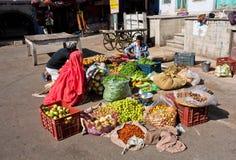 Grönsakmarknad på den soliga gatan av Indien Royaltyfri Fotografi