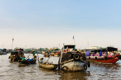 Grönsakmarknad på floden i västra av Vietnam Arkivbilder