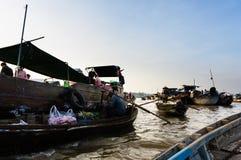 Grönsakmarknad på floden i västra av Vietnam Royaltyfria Bilder