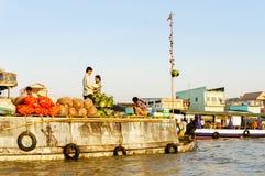 Grönsakmarknad på floden i västra av Vietnam Fotografering för Bildbyråer