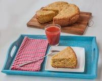 Grönsakpaj av havremjöl och ost per exponeringsglas av tomatfruktsaft Fotografering för Bildbyråer