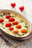 Grönsakpajpaj med broccoli och mjuk ost över whie royaltyfria bilder