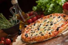 Grönsakpizza på tabellen Royaltyfria Bilder