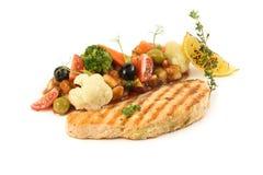 Grönsakragu med fisken och oliv royaltyfri bild