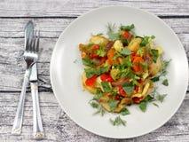 Grönsakragu på en platta royaltyfri fotografi