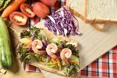 Grönsakrulle på träbakgrund, viktförlust bantar mat Arkivfoton