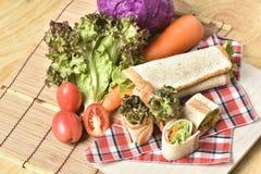 Grönsakrulle på träbakgrund, viktförlust bantar mat Royaltyfri Fotografi