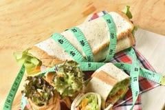 Grönsakrulle på träbakgrund, viktförlust bantar mat Royaltyfri Bild