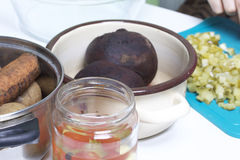 Grönsaksalladättiksås Ryska recept Laga mat etapper På tabellen i disk är lagade mat grönsaker: potatisar morötter och Royaltyfri Bild