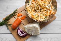 Grönsaksallad av kål, morötter och äpplen fotografering för bildbyråer
