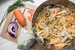 Grönsaksallad av kål, morötter och äpplen Arkivfoto