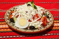 Grönsaksallad med ägget, ost och skinka Arkivfoto