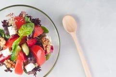 Grönsaksallad med fetaost i en glass maträtt Arkivfoto