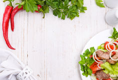Grönsaksallad med kött Ram arkivfoto