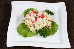 Grönsaksallad med krabbapinnar Royaltyfri Fotografi