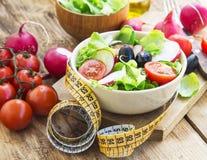 Grönsaksallad med måttbandet banta sunt royaltyfri foto