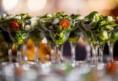 Grönsaksallad med ost, grön sallad, med körsbärsröda tomater, fotografering för bildbyråer
