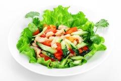 Grönsaksallad med räka, gurka, tomater, vitlök, räka arkivbild