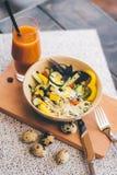 Grönsaksallad och fruktsaft Royaltyfria Bilder