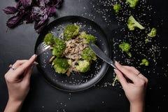 Grönsaksalladmat bantar mörk bakgrund royaltyfria bilder