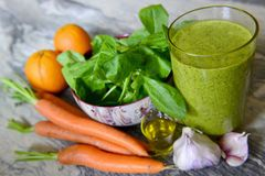 Grönsaksmoothie med gräsplaner royaltyfria bilder