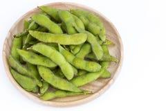 Grönsaksojabönan för den gröna sojabönan kokade i träplatta på whit Royaltyfria Bilder