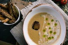 Grönsaksoppa med ädelost och breadsticks royaltyfri foto