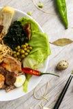 Grönsaksoppa med kött, nudlar och grönsaker i en vit platta Arkivbild