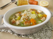 Grönsaksoppa med pärlemorfärg korn och höna royaltyfria foton