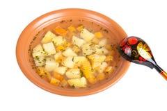 Grönsaksoppa med potatisar som isoleras på vit bakgrund Royaltyfri Fotografi