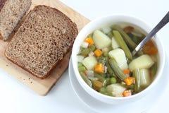 Grönsaksoppa och brunt bröd Royaltyfria Foton
