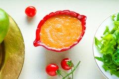 grönsaksouce - banta och det sunda utformade begreppet för äta recept royaltyfria bilder