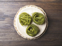 Grönsakspagetti på trätabellen Royaltyfri Fotografi