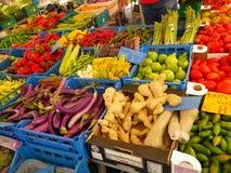 Grönsakställning på den traditionella marknaden i Sorrento, Italien royaltyfri bild