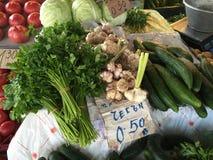 Grönsakstall på den Pazardjik matmarknaden i Bulgarien Arkivfoton