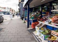 GrönsakStall på storgatan i konungar Heath Birmingham arkivbilder