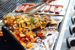 Grönsaktofu och varmkorv som grillar på galler Royaltyfri Fotografi