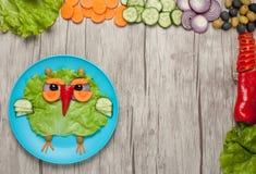 Grönsakuggla som göras på platta- och grönsakbakgrund Royaltyfri Fotografi