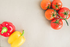 Grönsakuppsättning: mogen röd och gul paprika för tomater, Royaltyfri Bild
