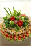 Grönsallat dekoreras av blommor Arkivfoton