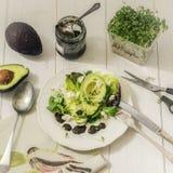 Grönsallat för matfotoblandning med avokadot, fetaost och mintkaramellsås arkivbilder