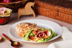 Grönsallat och sås för ost för matpannkakaskinka på en plattastilleben Royaltyfri Fotografi