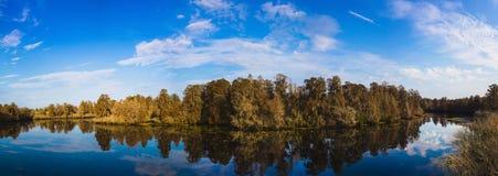 Grönsallat panorama för sjödelstatspark Royaltyfria Bilder