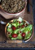Grönsallatsallad, tomater och oliv Fotografering för Bildbyråer