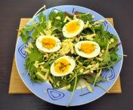 Grönsallatsidor med ägg och ost royaltyfri foto