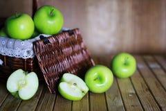 Grönt äpple i en korg Fotografering för Bildbyråer