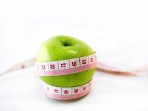 Grönt äpple med mått arkivbilder